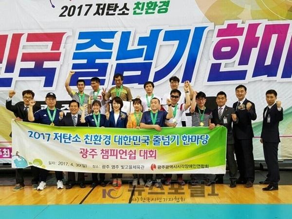 대회 1등팀이 목에 메달을 매고 찍은 단체사진