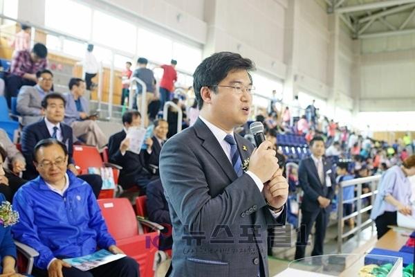 대회중 마이크를 들고 이야기를 하고있는 정준호 명예회장님의 모습