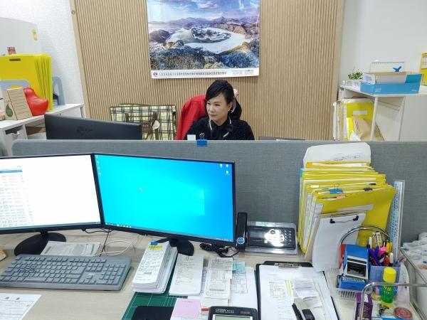 대전 동구 안골로 28번길,67 엑스포 관광 전세버스 협동조합에서 상무이사로 명패도 없이 소박하게 업무를 보고 있는 前(전) 손혜미 의원