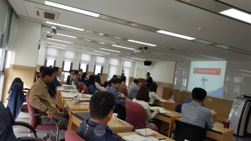 행정안전부 소속 사무관급 공무원들에게 행복 프로그램을 특강하는 김용진 교수