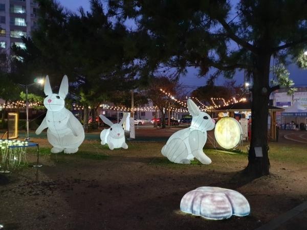 빛의 거리로 저녁을 밝히는 신산공원