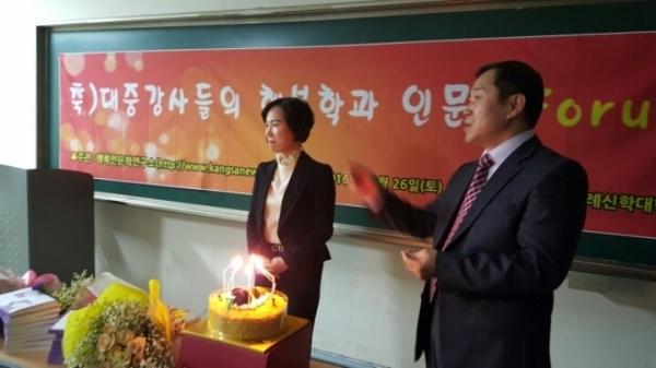 행복인문학 포럼 행사에서 국제웰빙대학교 김용진 총장과 정인경 행복본부장