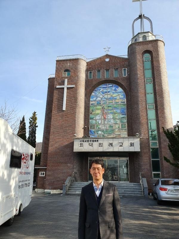 자신이 담임하고 있는 회덕침례교회 앞에서 행코 책임교수 김동호 담임목사